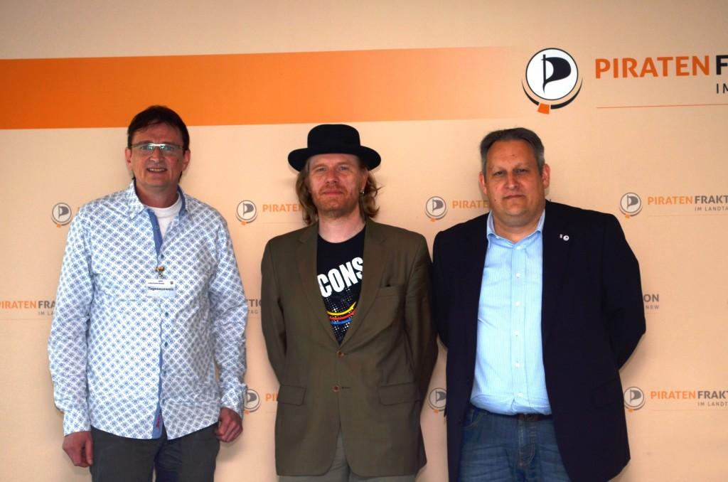 Trafen sich zum Arbeitsbesuch im Düsseldorfer Landtag: (von links) Frank Schmidt (Bürger für Hohenlimburg), Marc Olejak und Thorsten Kiszkenow (beide Piraten).