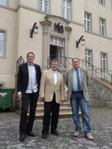 Unsere Ratsheren mit Herrn Starostik (Mitte) vor dem Verwaltungsgericht in Arnsberg